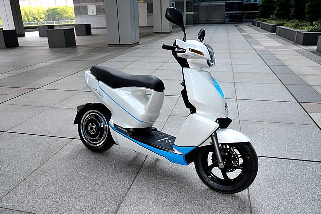 記者発表会後、屋外で試乗会も行われた。車格は原付2種クラスのスクーターと同等と言える。デザインは直線を基調としたスッキリとしたもの。