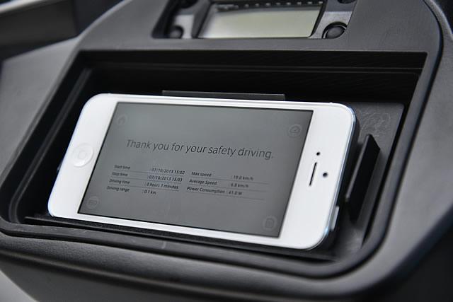 iPhoneが搭載可能なA4000i。専用アプリも開発中だ。写真は、走行開始&終了時刻/走行時間/走行距離/最高速度/平均速度/消費電力を表示している。