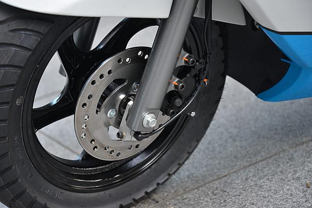 フロントにもディスクブレーキを採用。制動力は十分であった。ホイール径は、リア13インチに対してフロントは12インチとなる。
