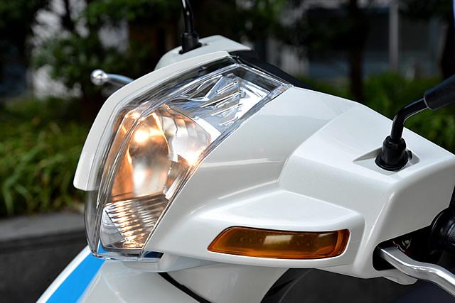 ボディパネルは全て新規設計。日本車のコピーとは一線を画すデザインで、新しい時代の到来を予感させる。ウインカーにはLEDを採用している。
