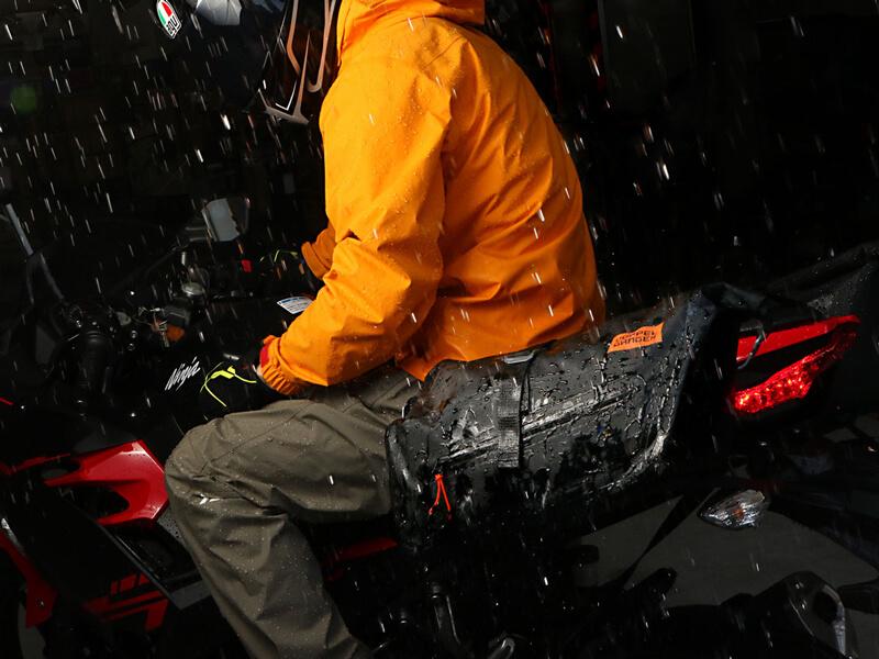 250ccのスポーツバイク専用に設計された防水サイドバッグ「ターポリンサイドバッグ25」がドッペルギャンガーからリリース 記事4