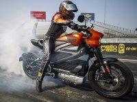 【ハーレー】電動モーターサイクル「LiveWire(R)」がドラッグレースでその実力を披露 サムネイル