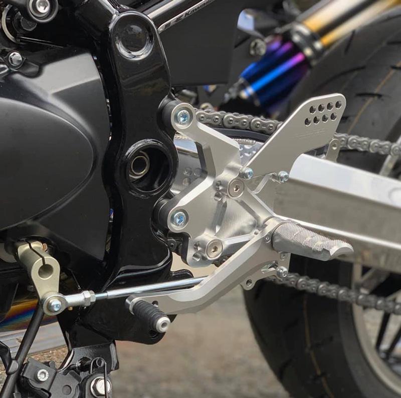 ストライカーのカワサキ Z900RS/CAFE('18)用バックステップキットにシルバーアルマイト仕上げが登場! 現在予約受付中 記事2