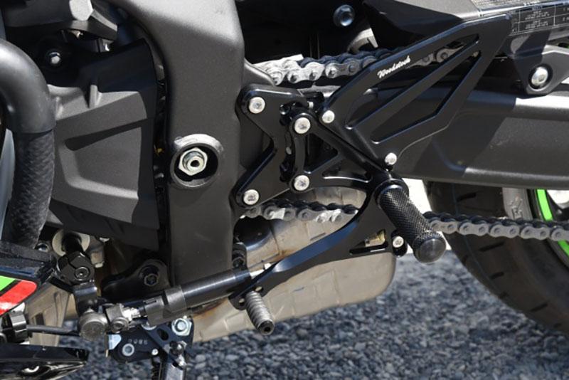 ウッドストック Kawasaki Ninja ZX-25R向け「バックステップキット、ライセンスプレートホルダー、トップブリッジ 」記事02