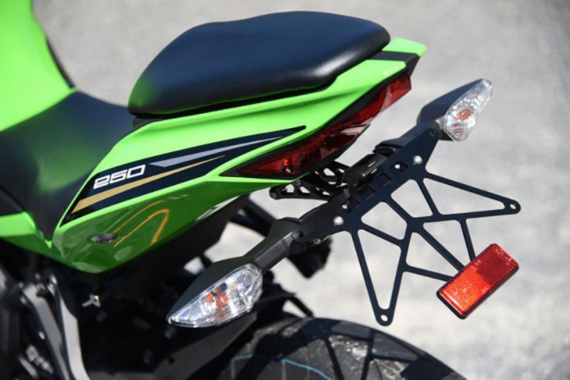 ウッドストック Kawasaki Ninja ZX-25R向け「バックステップキット、ライセンスプレートホルダー、トップブリッジ 」記事04