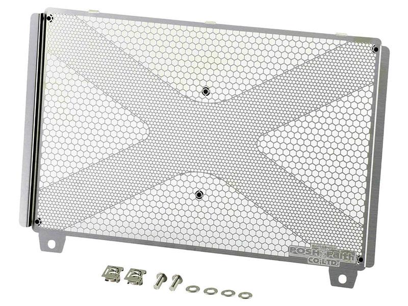 ポッシュフェイスのラジエターコアガードシリーズにKAWASAKI人気4車種用が追加 ポッシュフェイスからリリースされるラジエターコアガードシリーズに、KAWASAKI NINJA ZX-25R('21)やZ900RS/CAFE('21)はじめ、人気4車種用がラインナップに追加される。 跳ね石などによる変形や虫によるフィンの目詰まりなどからラジエターコアを守るアイテムであり、メッシュ地に細かいクロスメッシュを配置する特徴的なデザインもアイキャッチな製品に仕上がっている。 素材には軽量なステンレス(SUS304 0.8t)を採用し、価格はそれぞれ1万7,000円(税抜)だ。 ラジエターコアガードに、KAWASAKI NINJA ZX-25R('21)やZ900RS/CAFE('21)用が追加 高速道路などでの不意な前車からの跳ね石や虫などからラジエターを保護します。 ステンレス製(SUS304 0.8t)エッチング加工。 コアガードそのものの歪みに対応すべく、クロス上に細かいメッシュ部を配置しました。 ■適合車種/KAWASAKI NINJA ZX-25R('21) ■価格/1万7,000円(税抜) ■製品番号/136105 ■JANコード/4945716145088 ■適合車種 ・KAWASAKI Z900RS/CAFE('21) ・KAWASAKI Z900('18-'21) ・KAWASAKI Ninja 1000SX('20-'21) ■価格/1万7,000円(税抜) ■製品番号/136105-21 ■JANコード/4945716145071 ■適合車種/KAWASAKI Z900RS/CAFE('18-'20) ■価格/1万7,000円(税抜) ■製品番号/132105 お問い合わせ ポッシュフェイス株式会社 TEL/072-229-2468 ZX-25R の試乗インプレッション記事はこちら>> https://www.bikebros.co.jp/vb/sports/simpre/simpre-20200807/ ZX-25R SE のカタログページはこちら>> https://www.bikebros.co.jp/catalog/4/999_103/ ZX-25R のカタログページはこちら>> https://www.bikebros.co.jp/catalog/4/999_98/ Z900RS の試乗インプレッション記事はこちら>> https://www.bikebros.co.jp/vb/sports/simpre/simpre-20171226/ Z900RS のカタログページはこちら>> https://www.bikebros.co.jp/catalog/4/999_11/ Z900のカタログページはこちら>> https://www.bikebros.co.jp/catalog/4/73_9/ Ninja 1000SX('20-'21)のカタログページはこちら>> https://www.bikebros.co.jp/catalog/4/100_1/ その他ポッシュフェイス製品に関する記事はこちら>> https://news.bikebros.co.jp/?s=%E3%83%9D%E3%83%83%E3%82%B7%E3%83%A5%E3%83%95%E3%82%A7%E3%82%A4%E3%82%B9 ポッシュフェイス KAWASAKI NINJA ZX-25R('21)&Z900RS/CAFE('21)&Z900('18-'21)&Ninja 1000SX('20-'21)向けラジエターコアガードメイン