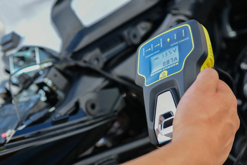冬場に弱ったバッテリーを回復! 電圧を表示できる OXFORD のスマートバッテリーチャージャー2モデルが2/22発売 記事1