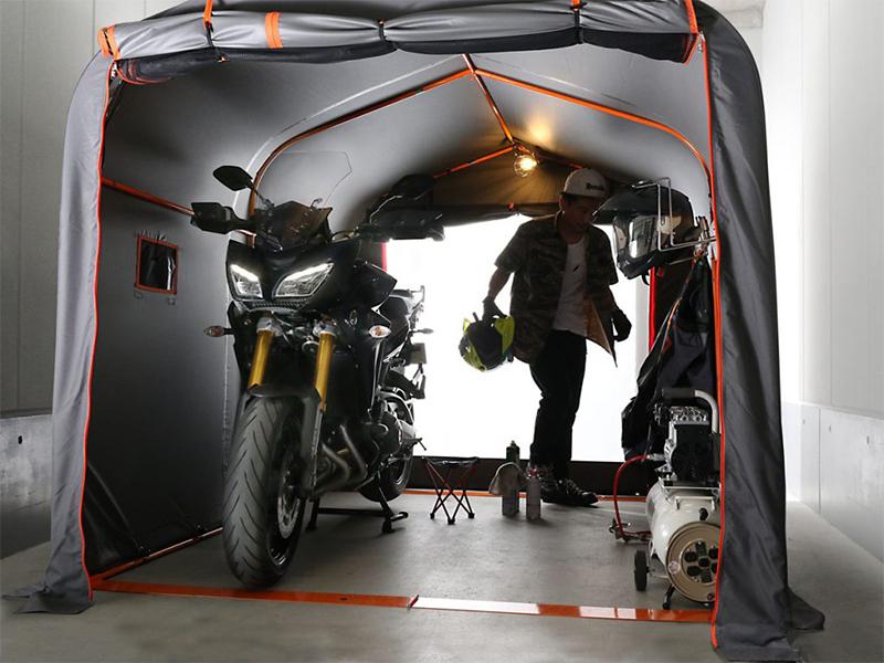 軽いメンテナンスもこなせる簡易ガレージ「バイクガレージ2500ワイド DCC538W-GY」がドッペルギャンガーから新発売 サムネイル