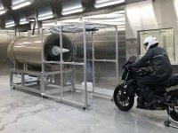 雨天・低温時の走行環境を再現!ショウエイの茨城県工場敷地内にヘルメット開発のための「低温降雨風洞施設」が完成 サムネイル